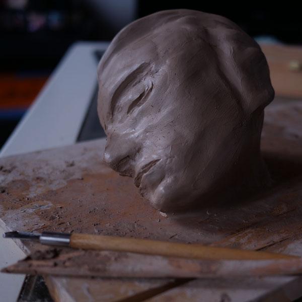 Modelage d'une sculpture en argile par Jérémy Zucchi.